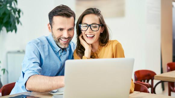 Pareja solicitando crédito en línea de Bayport