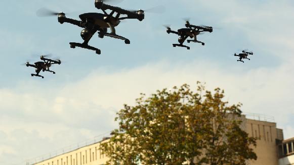 Drones cumpliendo diversas funciones dentro de una empresa.