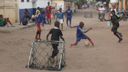 Niños jugando fútbol.