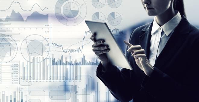 mujer con tablet finanzas