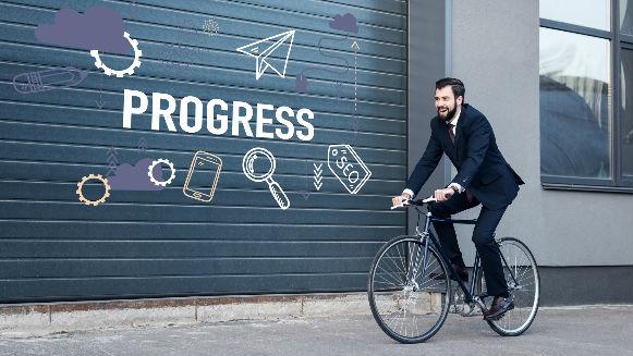 Hombre de negocios andando en bicicleta
